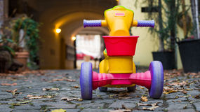 孩子的塑料自行车玩具 库存照片