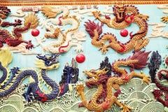 在墙壁,亚洲古典龙雕塑上的繁体中文龙 免版税库存照片