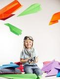 演奏玩具飞机的小男孩 免版税库存图片
