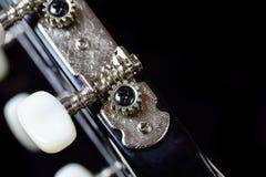 一把声学吉他的调整的机器头和钉 免版税库存图片