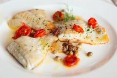 Зажаренное филе рыб с каперсами и томатами Стоковое фото RF