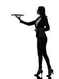 妇女拿着空的盘子剪影的侍者男管家 免版税库存图片