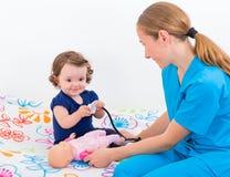 Λατρευτό μωρό στο γιατρό Στοκ Εικόνες