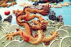 繁体中文龙墙壁,亚洲古典龙雕塑 免版税库存照片