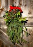 圣诞节假日花圈装饰老毂仓大门 免版税库存照片