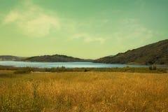 日落的美丽如画的湖 库存图片
