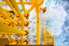 油和煤气生产槽孔在近海平台,在恶劣天气情况的平台 油和煤气产业 免版税图库摄影