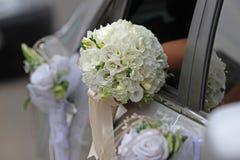 与白色兰花和玫瑰的婚礼花束 免版税库存照片