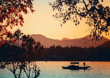Китайская деревянная шлюпка воссоздания плавает на западное озеро Стоковые Изображения RF