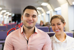 在火车的男人和妇女旅行 免版税库存图片