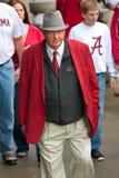 年长阿拉巴马爱好者穿戴了象熊布耐恩特步行对比赛 库存照片