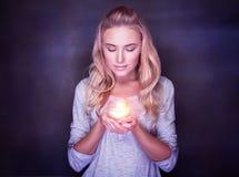 有蜡烛的可爱的妇女 免版税库存照片