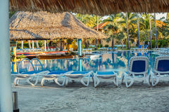 好的美丽的镇静游泳池在有清早日出的热带庭院里在古巴海岛度假村 库存照片