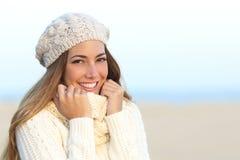 与的妇女微笑完善的白色牙在冬天 免版税库存照片