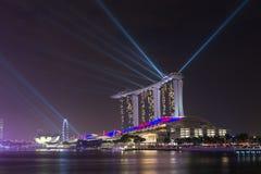 新加坡小游艇船坞海湾在晚上铺沙手段照明 免版税库存照片