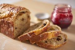 服务在早餐或茶时间用切的面包 免版税库存图片