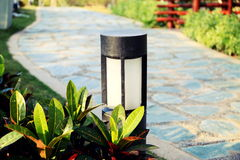 Современная лампа лужайки, свет лужайки, лампа сада, освещение ландшафта Стоковое фото RF