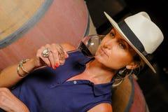 品尝在地窖酿酒商的妇女酒 免版税库存图片