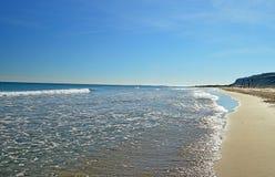Μικρά κύματα σε μια μακρινή παραλία Στοκ εικόνα με δικαίωμα ελεύθερης χρήσης