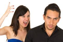 年轻恼怒的妇女尖叫对男朋友丈夫 免版税库存图片
