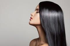 头发 美丽的深色的女孩 健康长的头发 库存照片