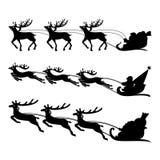 在一个雪橇的圣诞老人与驯鹿传染媒介 免版税库存图片