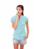 Отражательная женщина в шортах смотря к ее праву Стоковые Фото