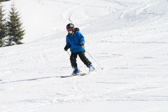 катание на лыжах мальчика Стоковые Фотографии RF