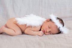 逗人喜爱睡觉新出生的天使的字符 库存图片