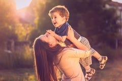 母亲举的儿子 免版税库存照片