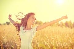 有吹的头发的女孩享受自然的 免版税库存照片