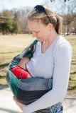Уход младенца в слинге Стоковое Фото