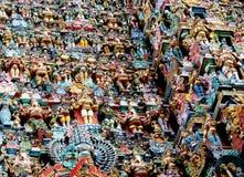 在寺庙墙壁上的五颜六色的印度雕象 免版税库存照片
