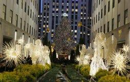 天使圣诞节装饰和圣诞树在洛克菲勒中心在曼哈顿中城 图库摄影