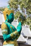 佩带金黄首饰的绿色亚洲天使雕塑 免版税库存图片