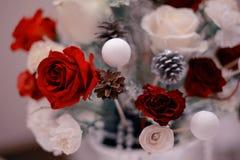 与红色玫瑰的婚礼花束在桌上 免版税图库摄影