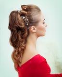 有晚上构成和头发的美丽的年轻性感的妇女,有红色唇膏的 库存照片