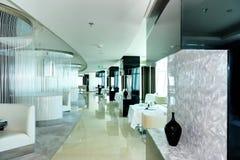 现代豪华旅馆餐馆的内部  免版税库存图片