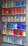 使用的葡萄酒高搪瓷器茶壶的各种各样的设计和颜色 免版税库存照片