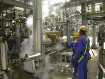 气体漏出在石油&天然气加工厂 免版税图库摄影