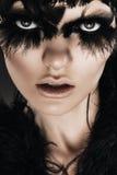 Μελαχροινή γυναίκα με τα μαύρα φτερά στα μάτια Στοκ φωτογραφίες με δικαίωμα ελεύθερης χρήσης