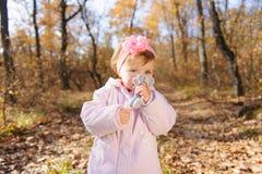亲吻玩具老鼠的女孩 图库摄影