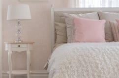 Ρόδινο μαξιλάρι στο άσπρο κρεβάτι πολυτέλειας στην κρεβατοκάμαρα Στοκ Φωτογραφία