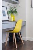 Σύγχρονη κίτρινη καρέκλα με τον γκρίζο πίνακα Στοκ Φωτογραφία