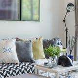 有枕头行的现代客厅在沙发的在家 免版税库存照片
