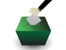 拿着卡片插入物的手投票箱子 库存照片
