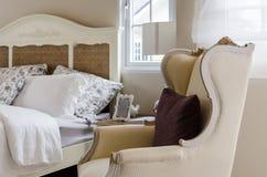有经典椅子样式的经典卧室 免版税库存图片