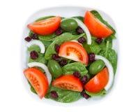 Κλείστε επάνω τη τοπ άποψη της φρέσκιας σαλάτας στο πιάτο που απομονώνεται στο λευκό Στοκ φωτογραφία με δικαίωμα ελεύθερης χρήσης