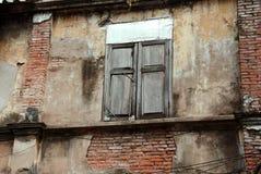 老窗口在古老修造的曼谷,泰国 免版税库存图片