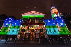 在墨尔本城镇厅上的圣诞灯投射 免版税库存照片